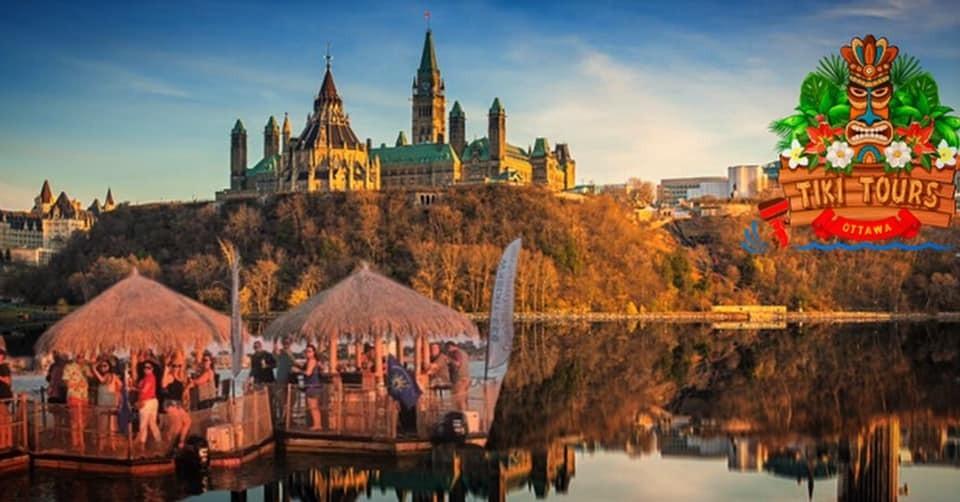 Une carte postale montrant des familles en vacances à Ottawa, à bord de bateaux Tiki sur la rivière des Outaouais.