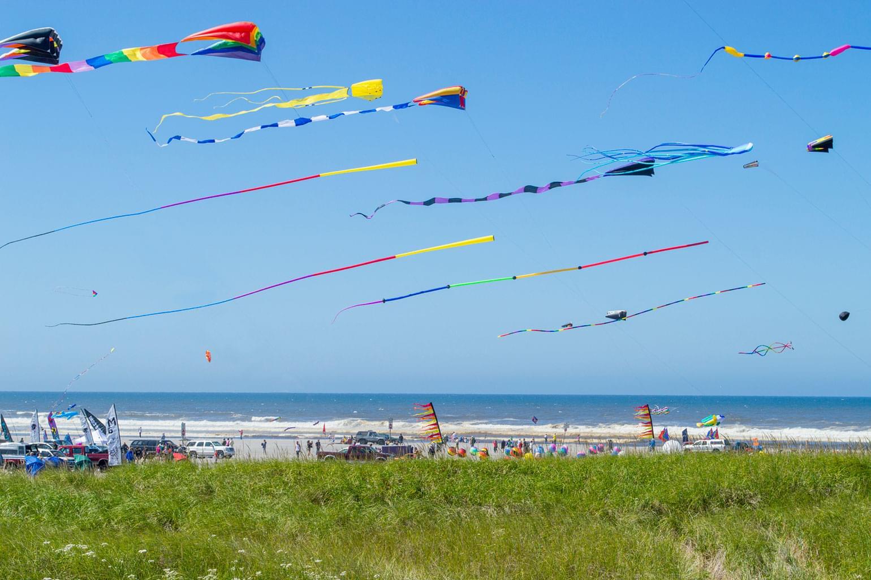 Cerfs-volants multicolores volant sur la plage