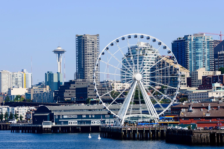 Une vue du centre-ville de Seattle avec la grande roué