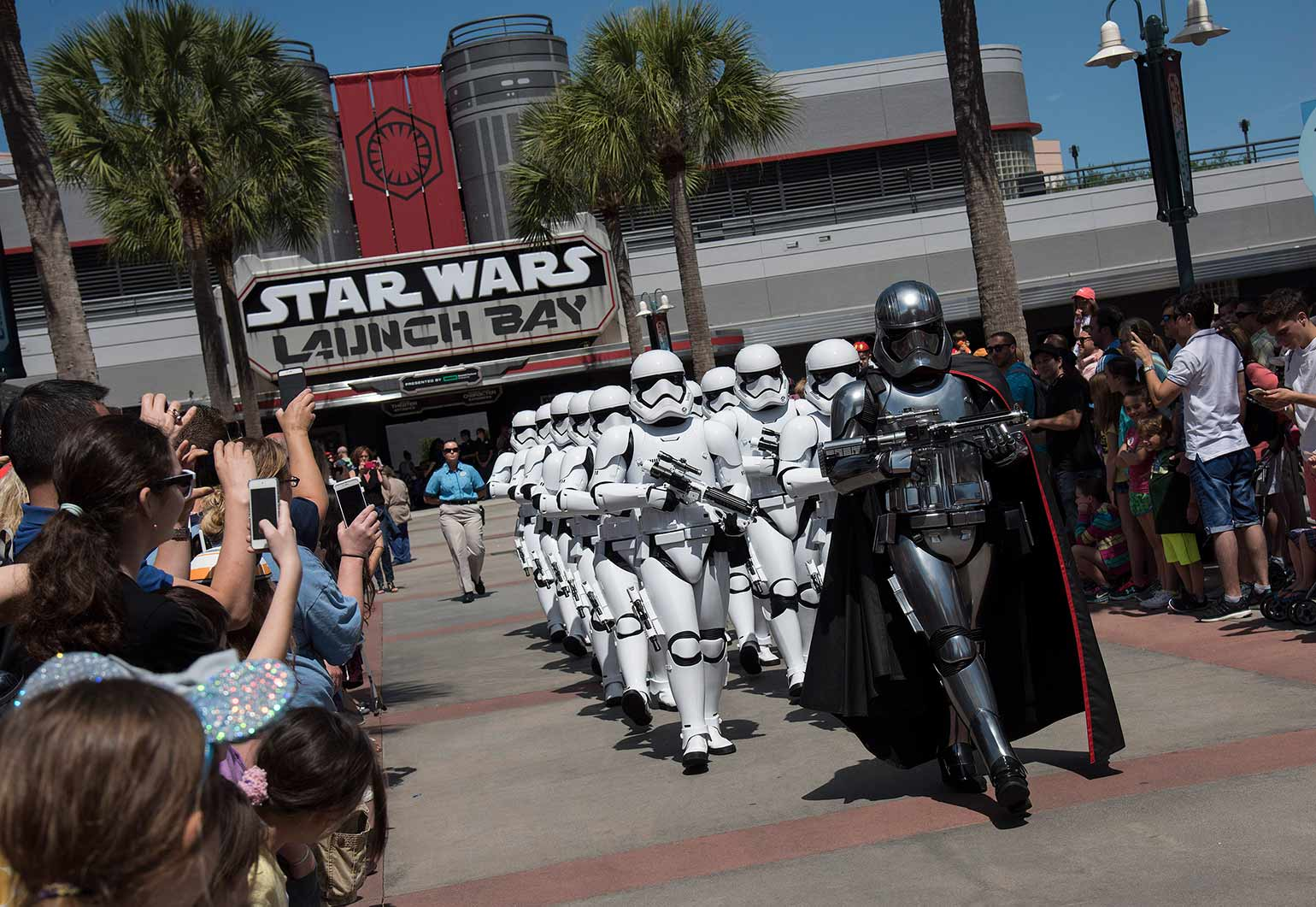 Le capitaine Phasma de Star Wars dirige les Stormtroopers aux studios de Hollywood de Disney