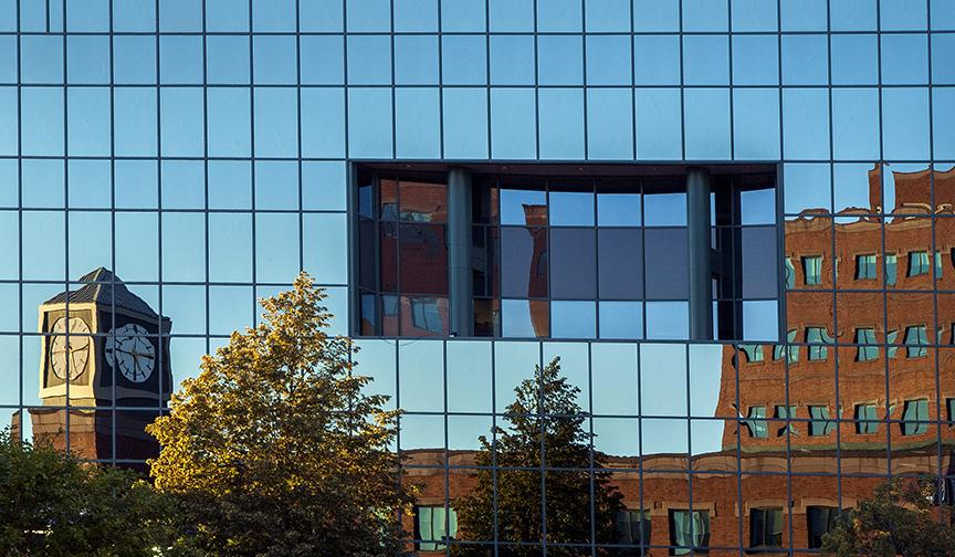 Extérieur réfléchissant d'un immeuble du centre-ville de Moncton.