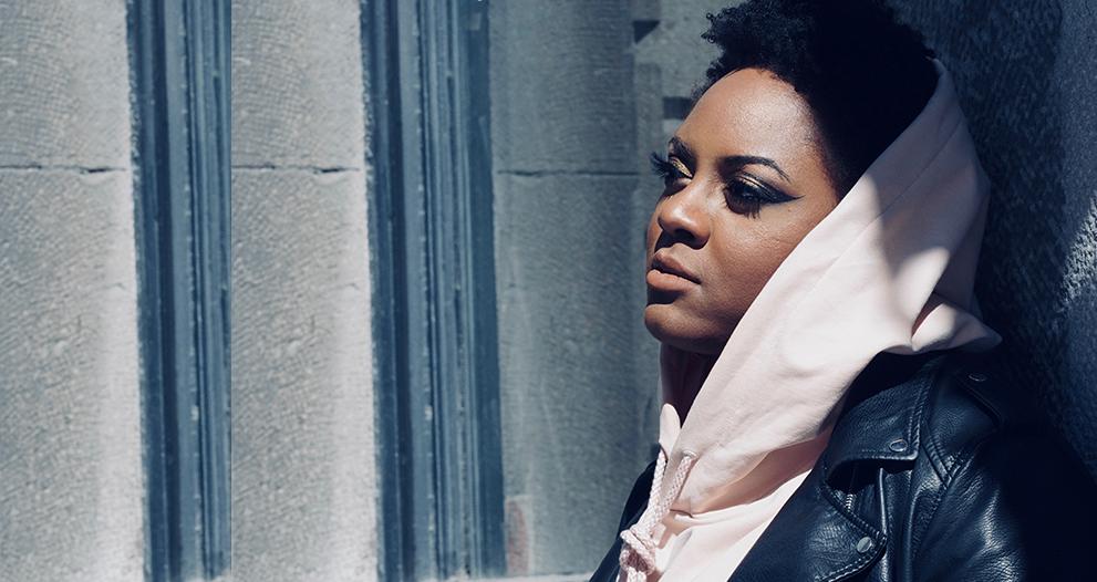 Photo de profil de Ketty Cédat, vêtue d'un manteau de cuir et d'un capuchon.