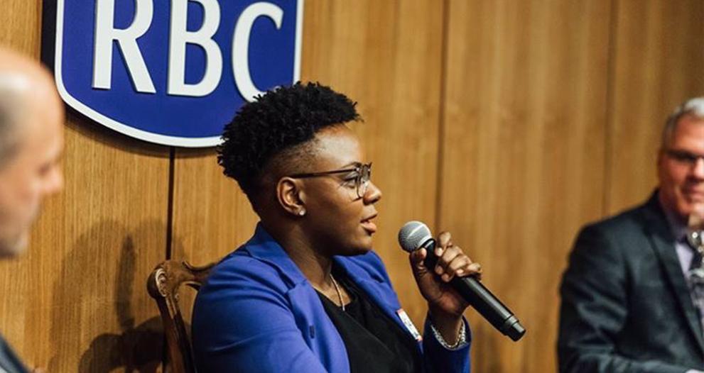 Ketty Cédat parlant au micro durant un événement de RBC.