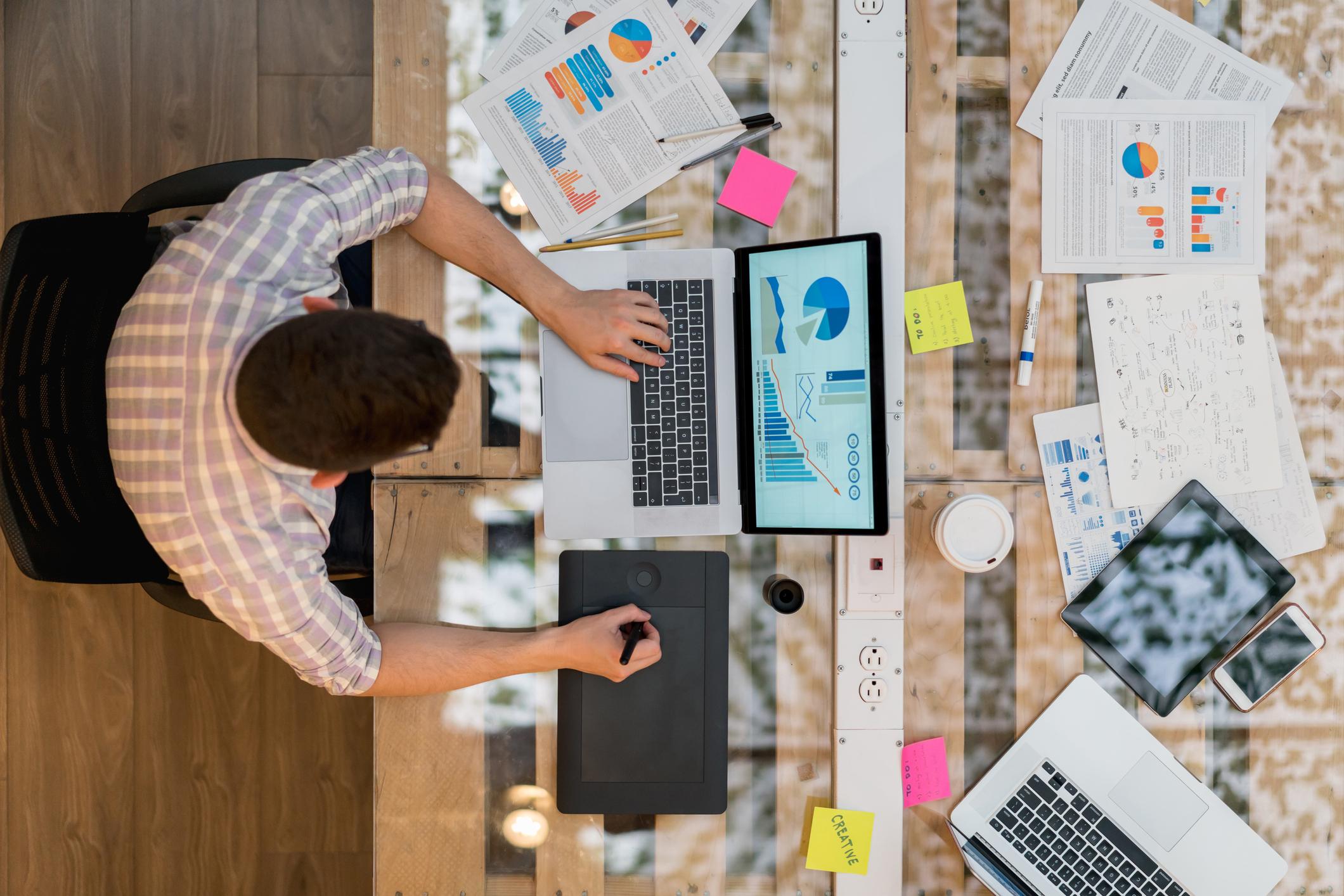 Concepteur travaillant sur un ordinateur portable dans un bureau de création