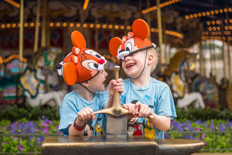 Deux jeunes garçons riant de Walt Disney