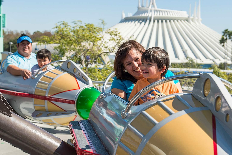 Mère et fils profitant d'un tour chez Walt Disney