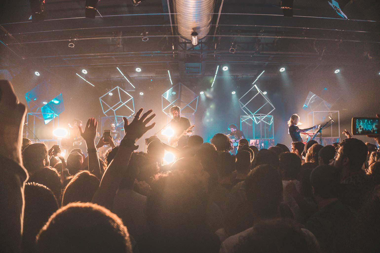 Public en délire devant un groupe qui se produit sur scène.