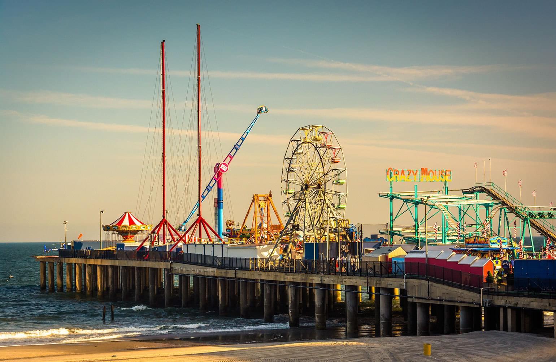 La grande roue et d'autres manèges du Steel Pier d'Atlantic City.
