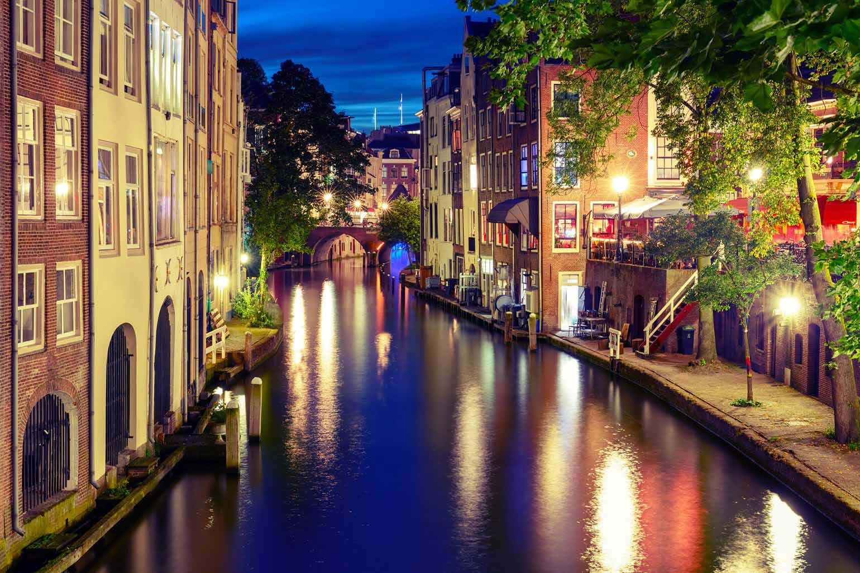 Le Canal Oudegracht, à Utrecht aux Pays-Bas, illuminé au crépuscule.